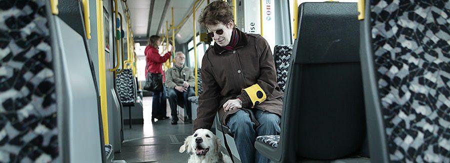 Wie gehe ich richtig mit Blinden um?