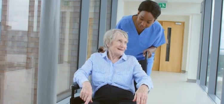 Südamerikanische Pflegekräfte mit einem Lächeln in Deutschland